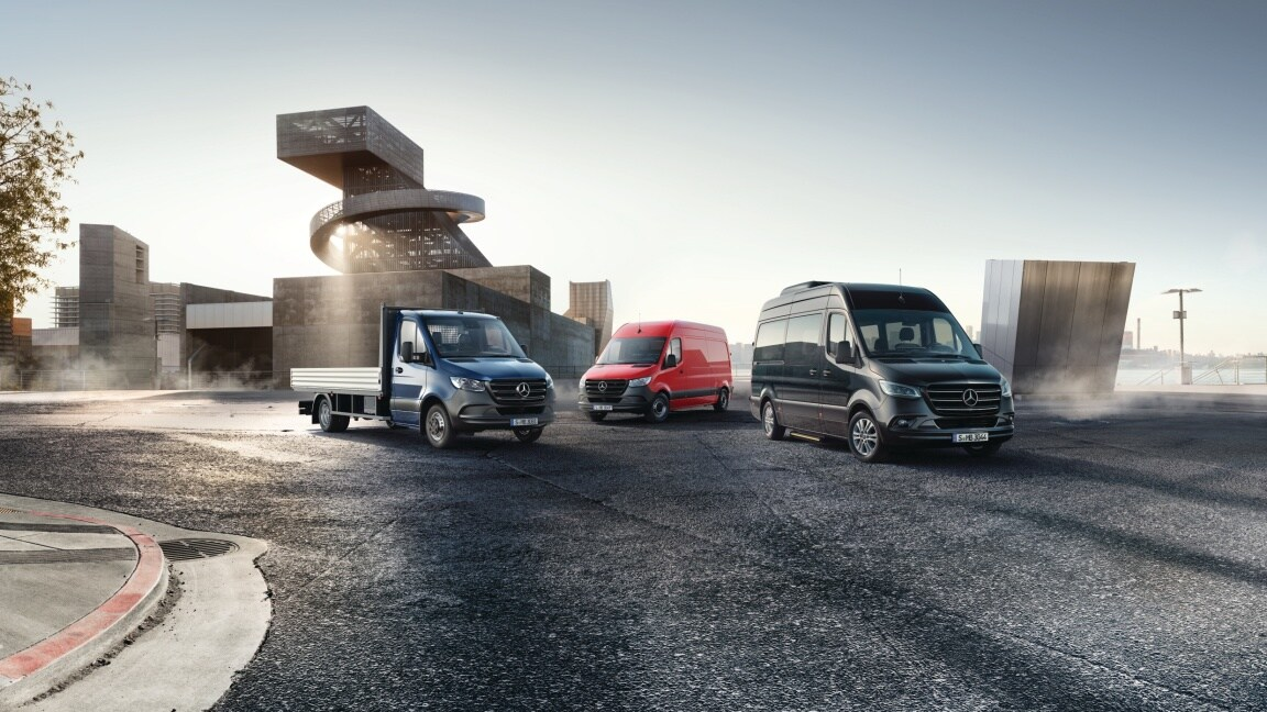 Mercedes-Benz Sprinter Plateau bleu, Sprinter Fourgon rouge et Sprinter Tourer noir.