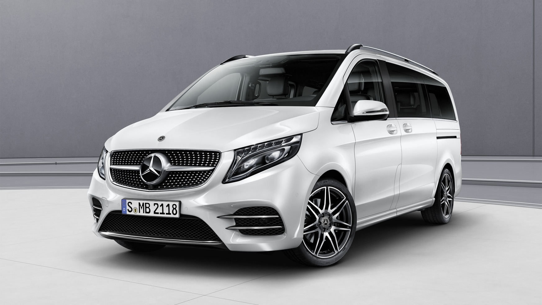 Une Mercedes-Benz Classe V AMG Line blanche.